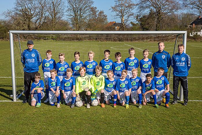 De dygtige U-12 drenge samt deres trænere Sabu Petersen og Bo Hagge i deres nye spilletrøjer.