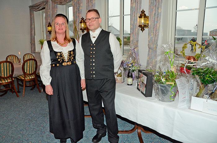 Værtsparret Ragga Jonsdottier og Bjartur Peturson strålede af glæde, da de kunne fejre kroens 450 års jubilæum. Ægteparret har serveret mad på kroen siden siden 2009. Foto Tove Hansen