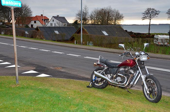 Borgerne på Bækbjerg vil gerne have fjernet en motorcykel, som i to måneder har skæmmet deres udsigt. Foto Tove Hansen