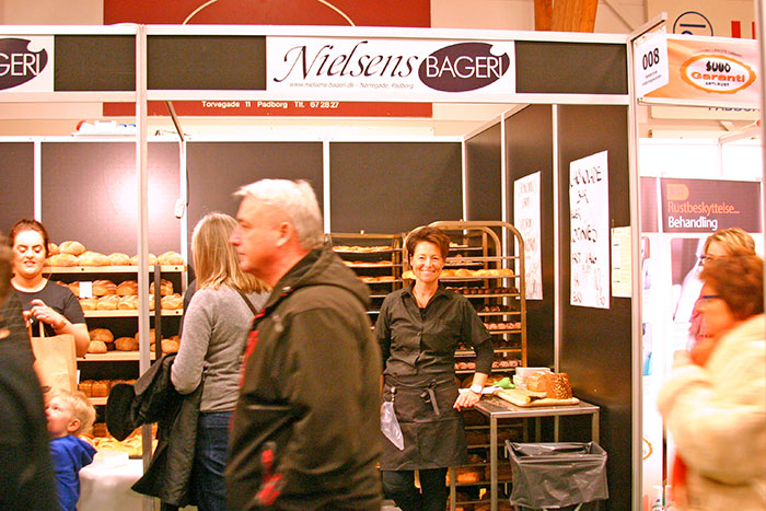Gæsterne kiggede forbi Nielsens Bageri, hvor de fik uddelt smagsprøver. Foto Ditte Vennits Nielsen