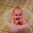 I omklædningsrummet har de investeret i nogle såkaldte tummy tub baljer, hvor babyerne kan sidde fint og vente, mens mor eller far bruser sig. Foto Ditte Vennits Nielsen