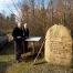 Torben Ølholm og Asger Moos fik genetableret tavlerne ved mindestenen på Kollundbjerg. Foto Frederik Johannsen