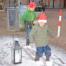 """Jakob og Magnus legede i """"sneen"""", mens de voksne fik en kop gløg at varme sig på. Foto Tove Hansen"""