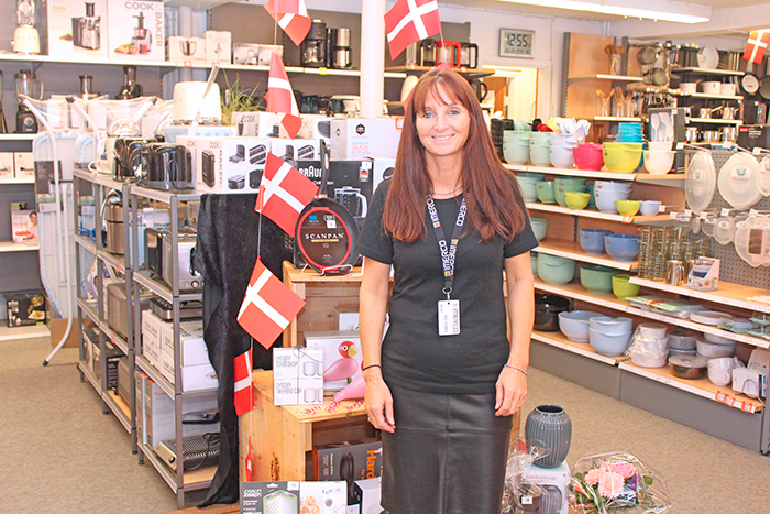 En glad Kirsten Schlott Tiedemann, der havde 25 års jubilæum i Imerco. I den forbindelse var der en kundekonkurrence i butikken