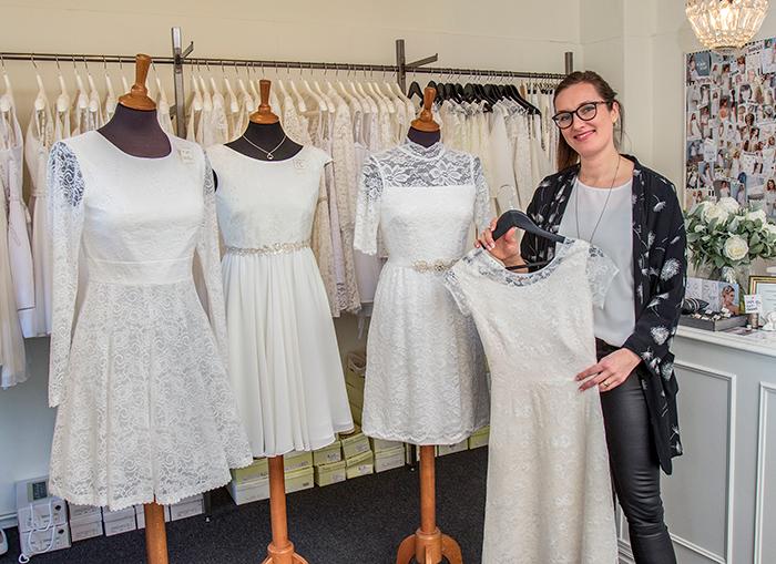 Laila Helt står klar med at give inspiration til konfirmationskjolen. Foto Søren Gülck