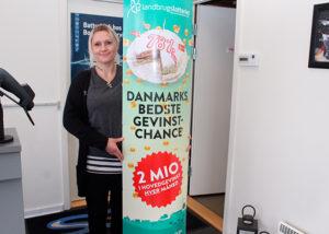 Jannie Reimers Larsen skal sælge lodder og uddele præmier til Landbrugs- og Varelotteriet.