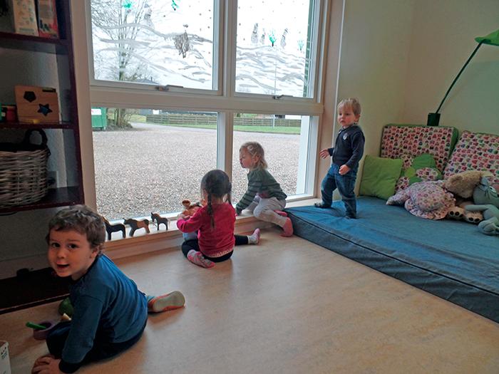 Børnehavebørnene kan holde øje med, hvad der sker i Vilsbæk. Foto Melanie Krumbügel