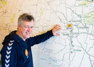 Forstander Steen Emgren ved skolens store kort over Broagerland. Foto Lene Neumann Jepsen