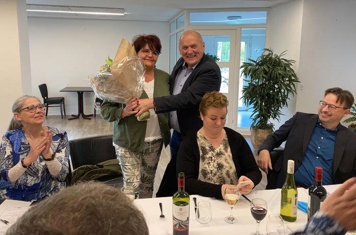Jonna Seemann blev Årets Gråstener. Her modtager hun et buket blomster af Gunnar Hattesen Foto Ingrid Johannsen