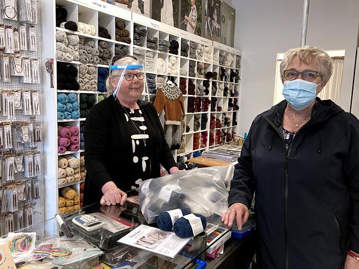 Jette Lykke Christensen handlede hos Garn & Tøj. Her ses hun sammen med Lis Lykke Christensen.