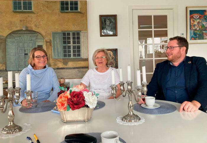 Byrådskandidat Ingrid Johannsen i samtale med Marianne Hildebrandt og byrådsmedlem Daniel Staugaard om konsekvenserne af, at Sønderborg Kommune vil indskrænke valgfriheden for de ældre.Foto Lise Kristensen